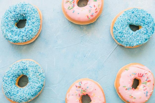 프레임을 형성하는 다채로운 도넛의 오버 헤드보기