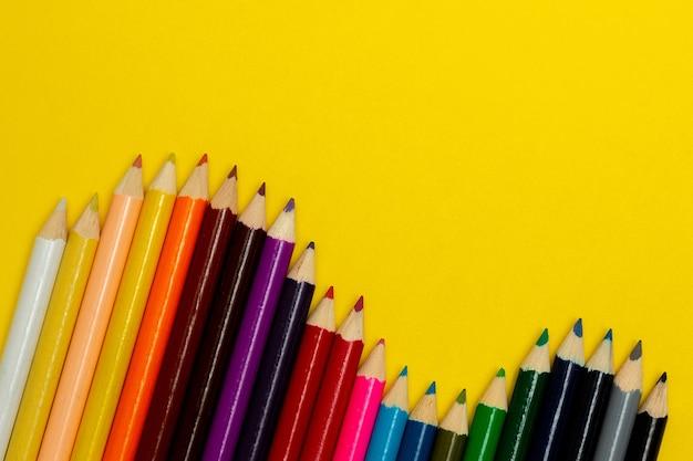 노란색에 다채로운 연필의 오버 헤드보기 프리미엄 사진