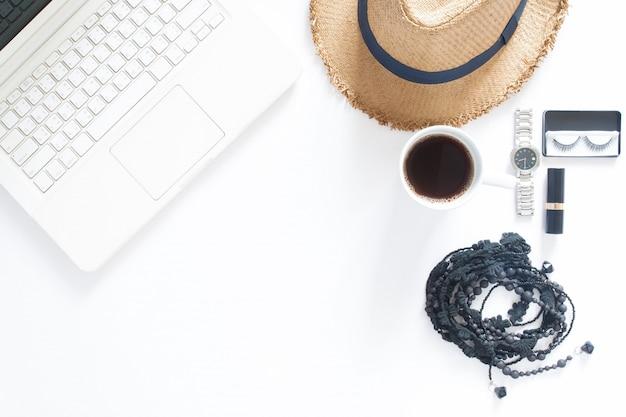 Вид сверху компьютерный ноутбук, чашка кофе и женщина аксессуары на белом фоне с копией пространства