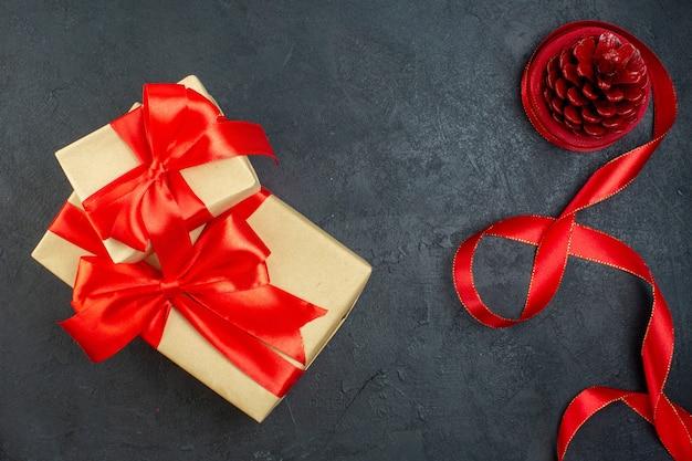 어두운 배경에 아름다운 선물에 침엽수 콘의 오버 헤드보기
