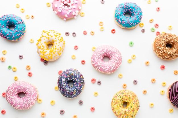 Вид сверху милые пончики
