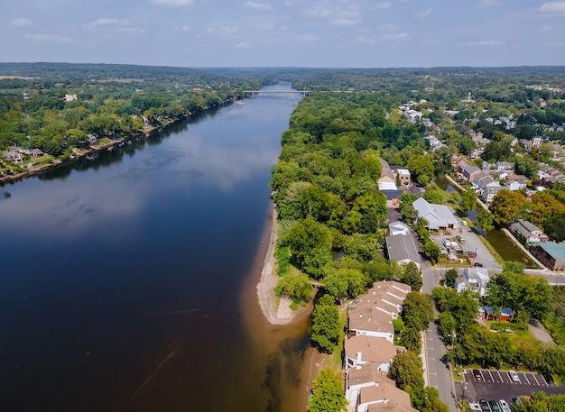 Вид сверху на воздушный пейзаж реки делавэр небольшого городка ламбервиль, штат нью-джерси, с историческим городом нью-хоуп, штат пенсильвания, сша