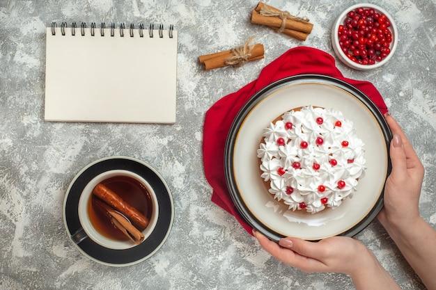 赤いタオルの上に果物で飾られたおいしいクリーミーなケーキの俯瞰