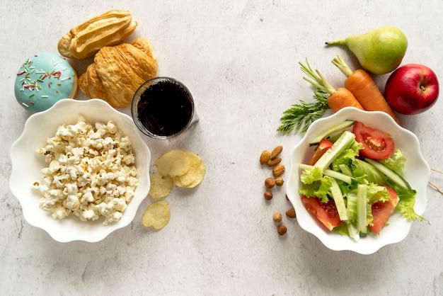 フィット感と脂肪の概念を示すおいしい食べ物のオーバーヘッドビュー
