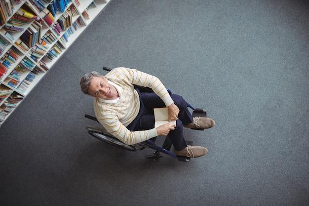 도서관에서 책을 들고 장애인 된 학교 교사의 오버 헤드보기