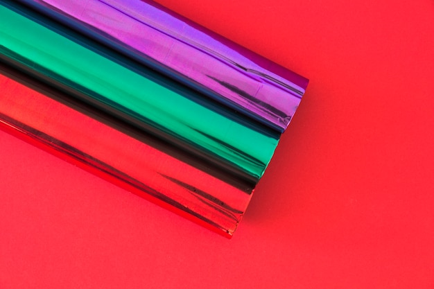 Верхний вид бумаги для обертывания блеска на красном фоне