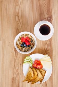 Верхний вид композиции здорового завтрака с кофе