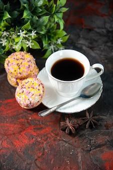 Вид сверху на домашнее вкусное сахарное печенье и чашку кофейного цветочного горшка на фоне темных цветов со свободным пространством