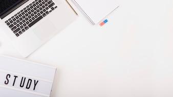 文房具とノートパソコンのオーバーヘッドビューと白い背景にテキストを学習