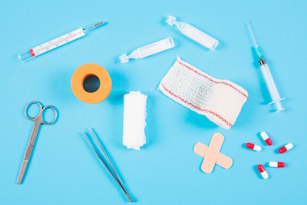 Вид сверху медицинского оборудования на синем фоне
