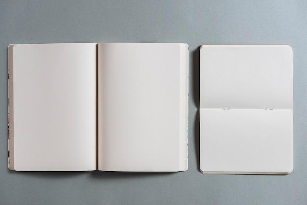 Верхний вид открытых пустых книг