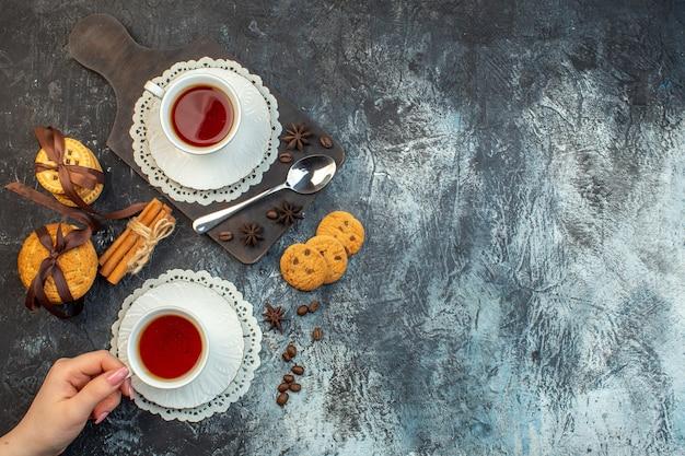 木製のまな板と氷の背景にお茶の積み重ねられたクッキーシナモンライムの俯瞰図