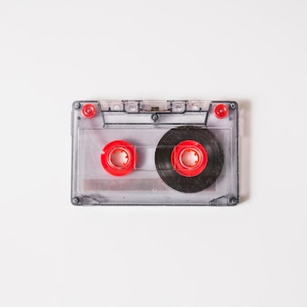 白い背景に透明なカセットテープのオーバーヘッドビュー