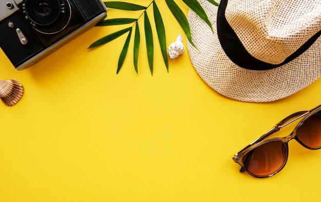 旅行者のアクセサリーの俯瞰。必須の休暇アイテム。旅行の概念の背景。フラットレイ