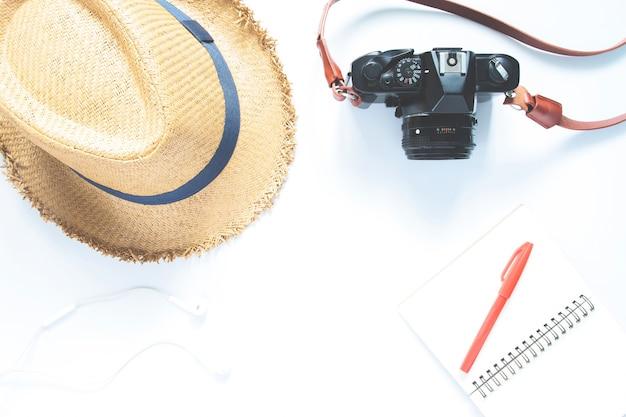 Верхний вид аксессуаров путешественника, основные элементы отдыха, концепция путешествия на белом фоне