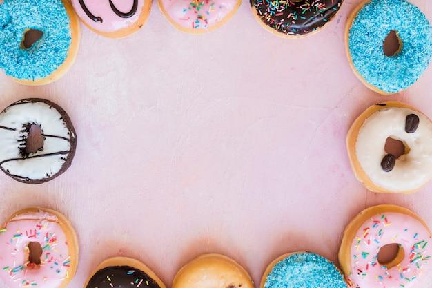 프레임을 형성하는 다양한 도넛의 오버 헤드보기