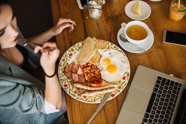 Верхний вид женщины, здоровый завтрак в кафе