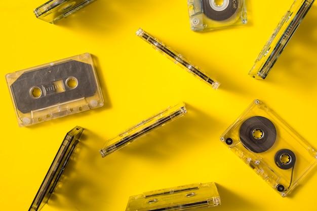 Vista aerea di cassette audio trasparenti su sfondo colorato