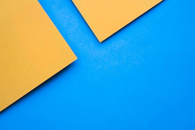 Vista dall'alto di due craftpapers giallo su sfondo blu