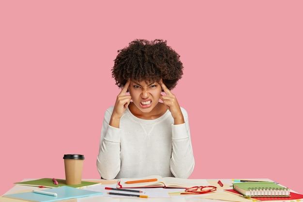 압도적 인 짜증이 나는 어두운 피부의 아프리카 학생 또는 작가