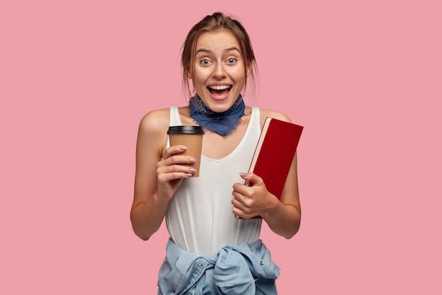 기뻐 놀라는 여학생은 커피 휴식 시간 동안 그룹 동료와 재미를 가지고