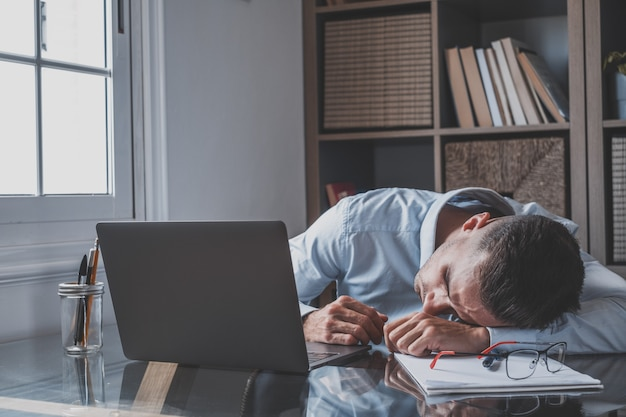 기뻐하는 백인 10대 십대는 책상에 앉아 전화 화면을 보고 놀라운 뉴스를 읽습니다. 주먹을 꽉 쥐면 예 제스처가 온라인 복권 도박 승리를 축하하고 새 직업 제안을 받는 것이 행복해집니다.