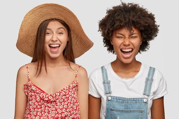 大喜びの混血の若い女性が笑う