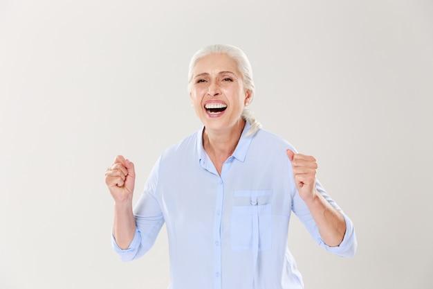 Felicissima anziana, che celebra il vin