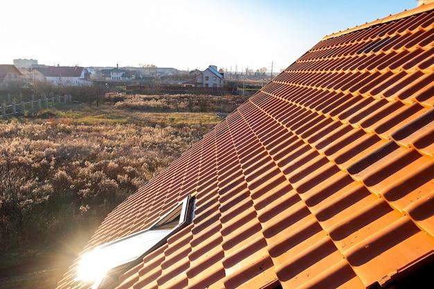 주거용 건물 지붕을 덮는 노란색 세라믹 지붕 타일이 겹쳐져 있습니다.