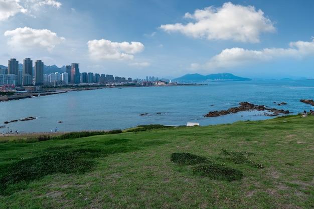 青島湾の海岸線の景色を見渡す