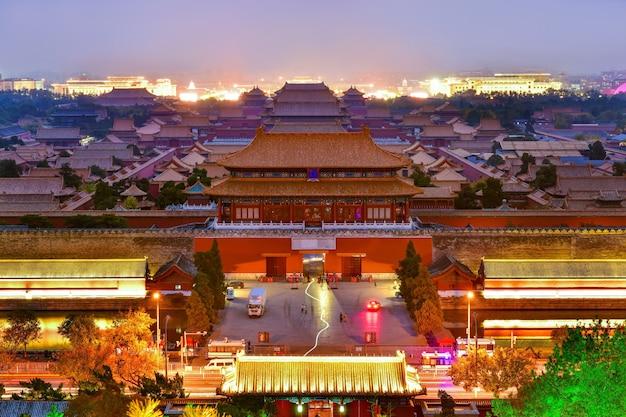 中国北京の夕暮れの紫禁城のドア北門宮殿を見下ろす