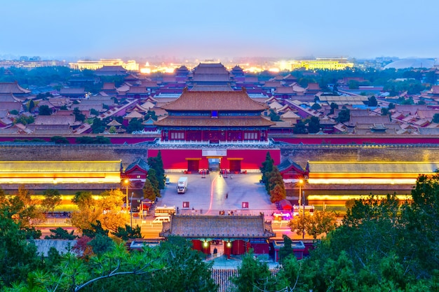 Обозревая дверь северные ворота дворца запретного города в сумерках в пекине, китай.