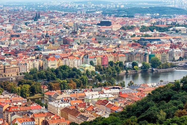 프라하의 유서 깊은 시내 중심가를 내려다보고 있습니다. 체코 공화국