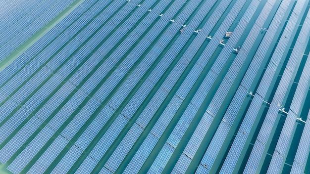 С видом на солнечные фотоэлектрические панели и температурный навес для сельскохозяйственных растений.