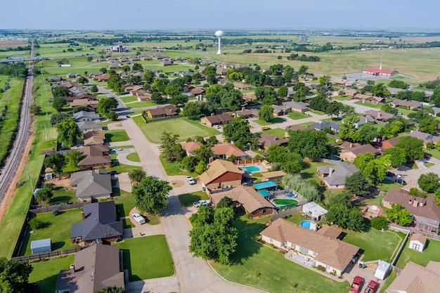 高速道路のクリントンという小さな町の景色を見下ろす、米国オクラホマ州のus rte66インターチェンジ