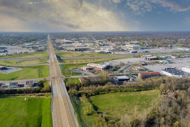 小さな町の景色を見下ろす高速道路のフェアビューハイツ、米国イリノイ州のインターチェンジ
