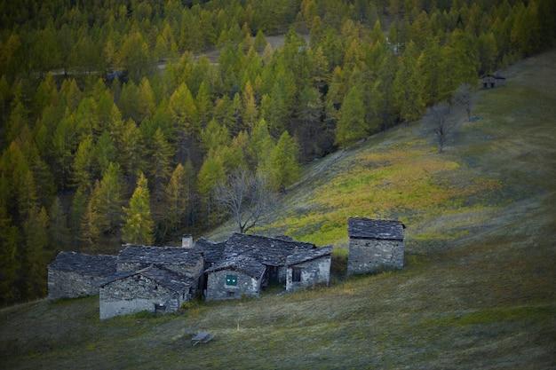 イタリア、ピエモンテ州、クーネオ県のれんが造りの石造りの家を見下ろす景色