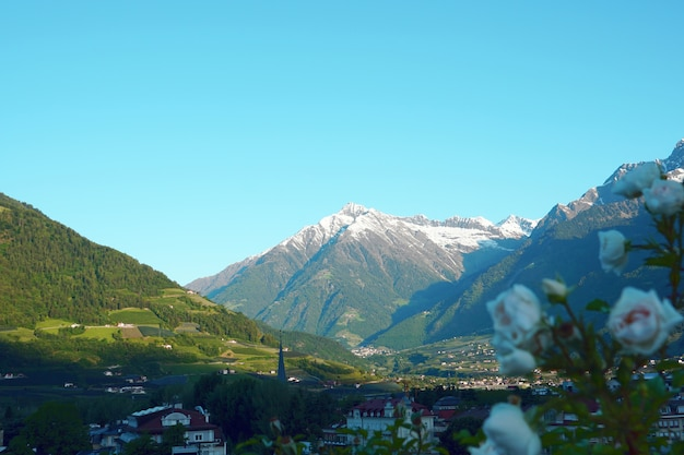 С видом на здания, окруженные крутыми горами