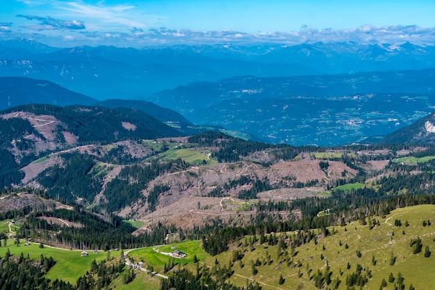 イタリア、南チロルの丘と山々を見下ろす景色