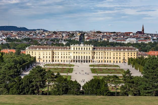 Affacciato sulla vista del palazzo di schönbrunn a vienna, in austria