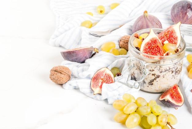 Ночной овес с инжиром, виноградом и грецкими орехами