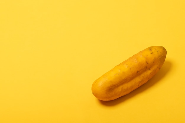 노란색 배경에 고립 된 익은 노란색 오이