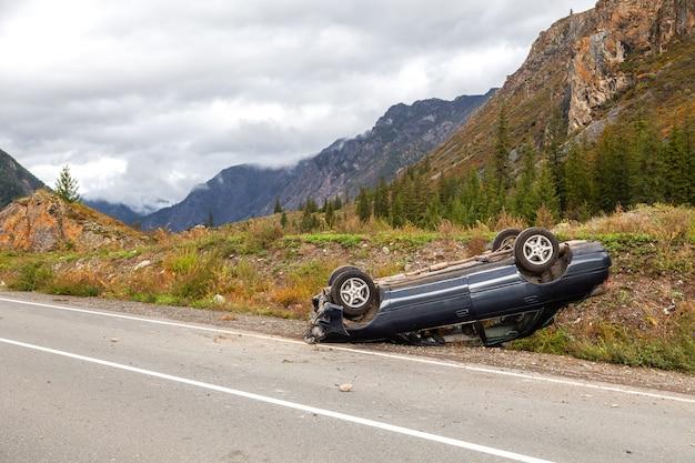 Перевёрнутый автомобиль лежит на крыше, сломан бампер