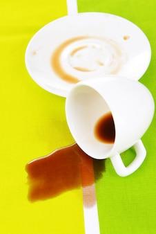 テーブルの上のひっくり返った一杯のコーヒー