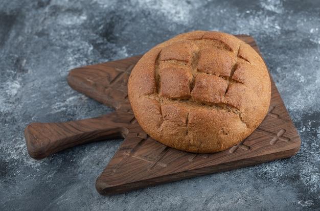 概要焼きたてのライ麦パン。高品質の写真