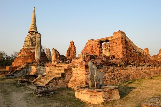 タイのアユタヤ寺院の概要。古代のレンガの壁の遺跡、古い塔。