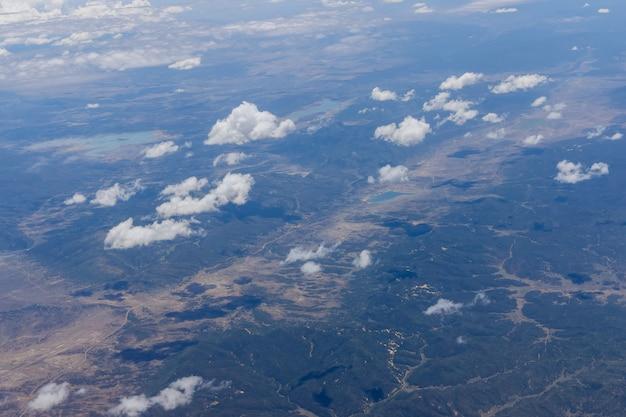 미국 애리조나주 비행기에서 산의 솜털 구름 개요