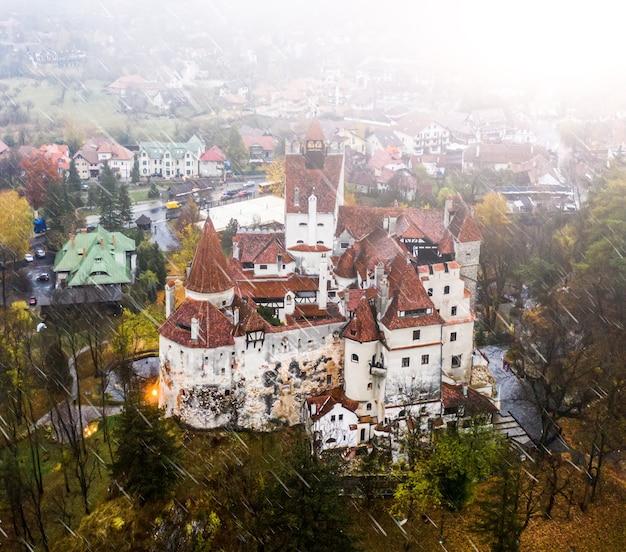 雨の中、ルーマニアの歴史的なふすま要塞の概要