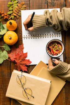 勉強しながらメモを取る前に、コピーブックの空白のページにペンを持った人間の手の概要