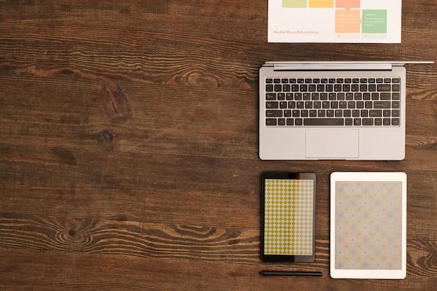 노트북, 작업 포인트가있는 문서, 스마트 폰 및 새로운 패션 컬렉션의 옷감 패턴이있는 디지털 태블릿 개요